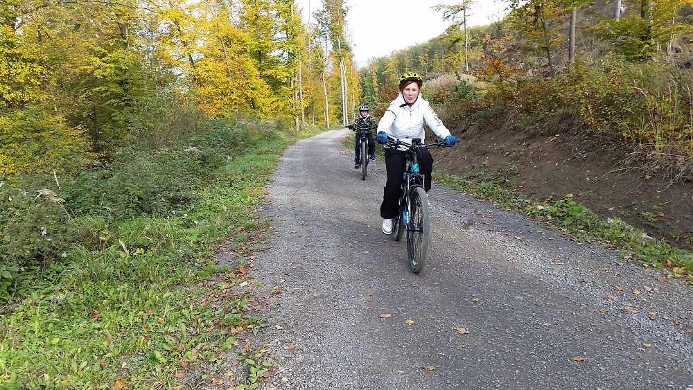 Jazda elektrobicyklom na jeseň