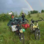 Tanja bewundert die wunderschönen Regenbogen.